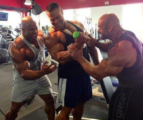 мужчины в спортзале