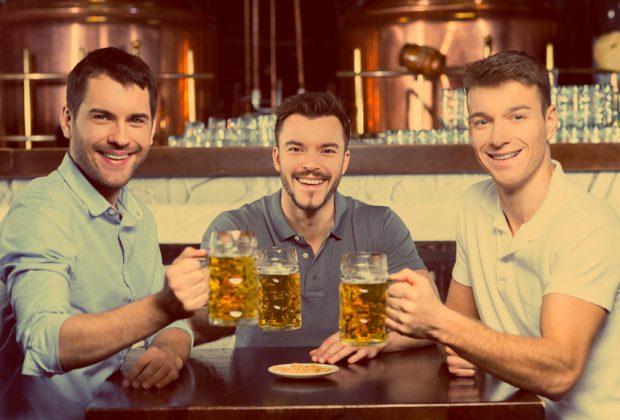 Ребята пьют пиво