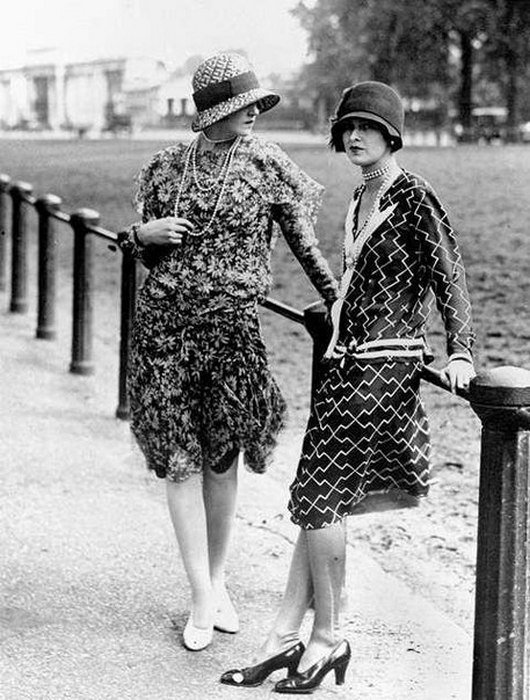 46c3cb9b1 Под платьями девушки носят нижнюю рубашку длиной до колен на бретельках. А  Коко Шанель вводит норму на практичные трикотажные костюмы.