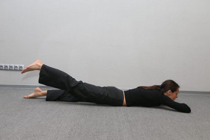 Поочередный подъем ног лежа на животе