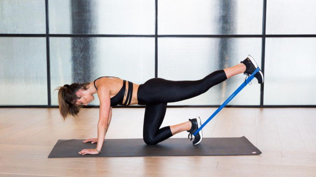Упражнения с резиновой лентой для ног и ягодиц программа тренировок для спины пресса и бедер