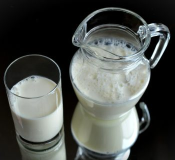 Стеклянный кувшин и стакан с молоком