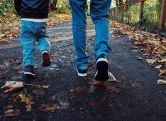 Ребенок и взрослый на прогулке