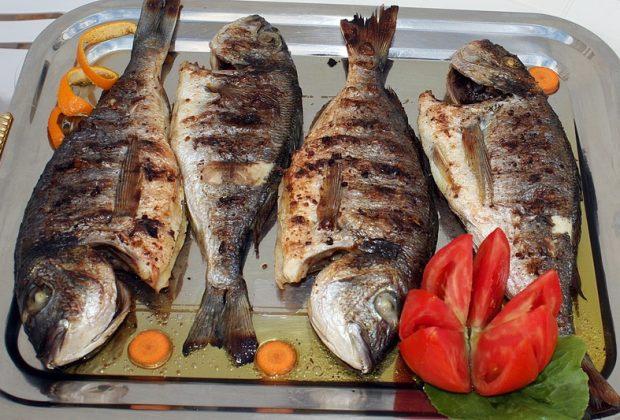 Жареная рыба на подносе