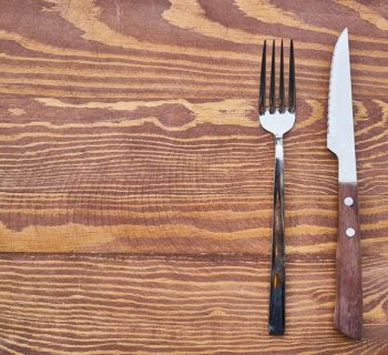 Нож и вилка на столе