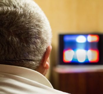 Мужчина у телевизора