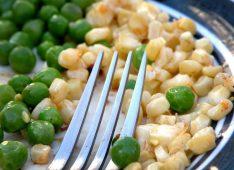 Горошек и кукуруза в тарелке и вилка