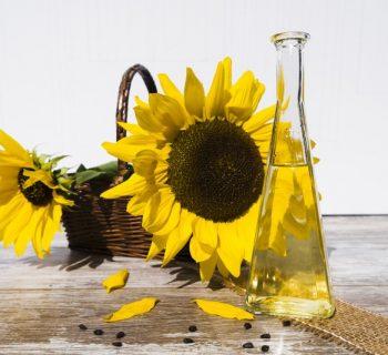 Подсолнухи и бутылка с подсолнечным маслом