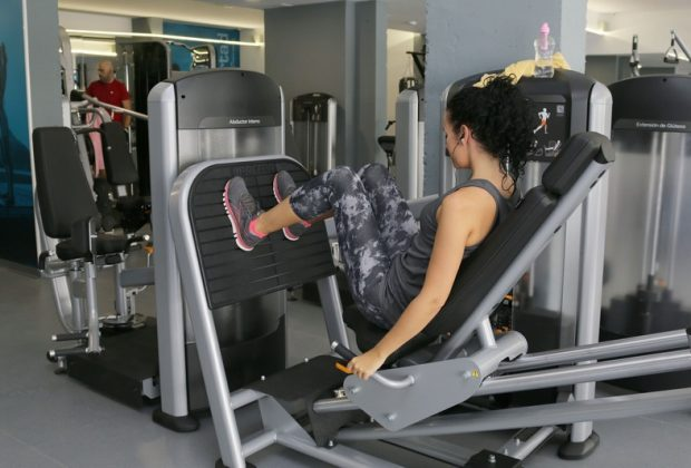 Девушка на тренажере в спортзале