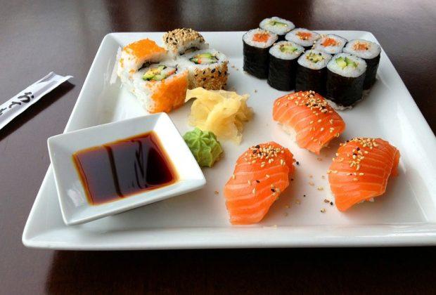 Тарелка с суши и соевый соус