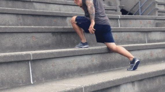 Выполнение выпадов на лестнице