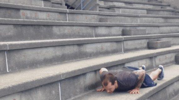 Выполнение бёрпи на ступенях