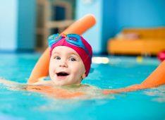 Ребенок плавает в бассейне