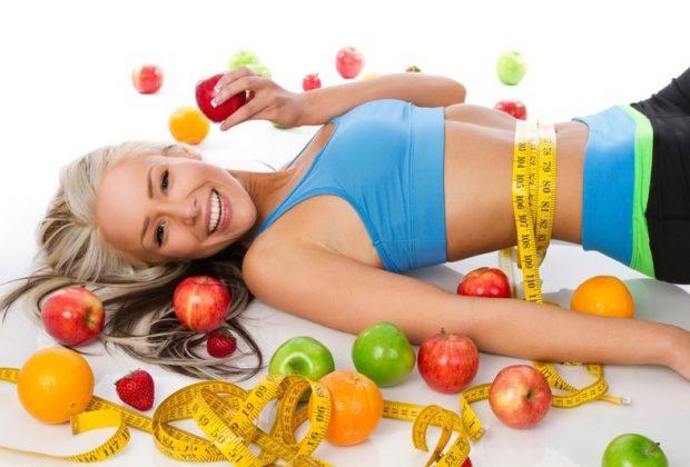 Стройная девушка на фоне фруктов
