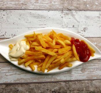 Картофель фри на тарелке