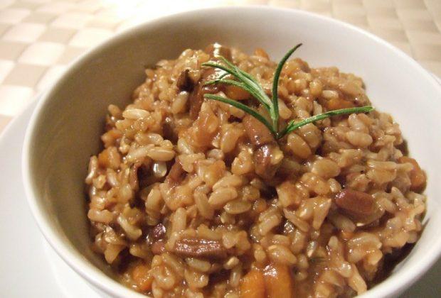 Коричневый рис в тарелке