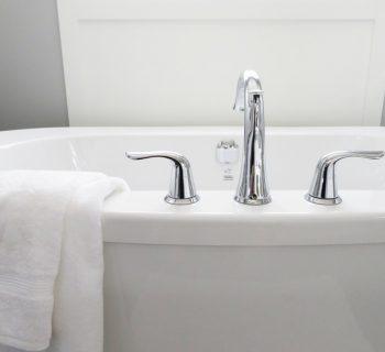 Край ванны с полотенцем