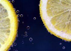 Ломтики лимона в лимонаде