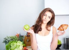 Девушка с круассаном и яблоком