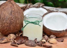 Кокосы и баночка кокосового масла