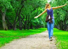 Девушка гуляет в парке