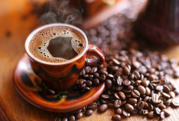 Чашка кофе и кофейные зерна