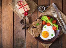 Яичница, хлеб и помидоры на тарелке