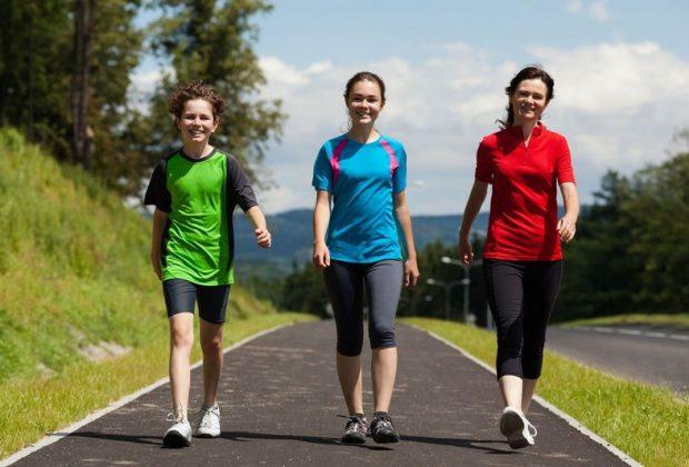 Три девушки в спортивной форме на улице
