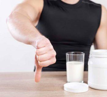спортсмен пьет молоко