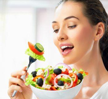 Девушка ест овощной салат