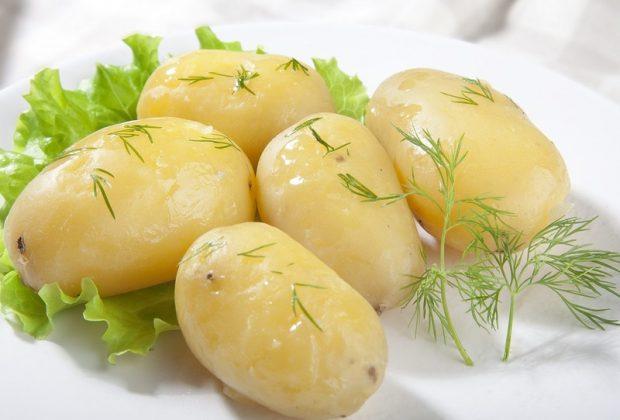Отварной картофель на тарелке