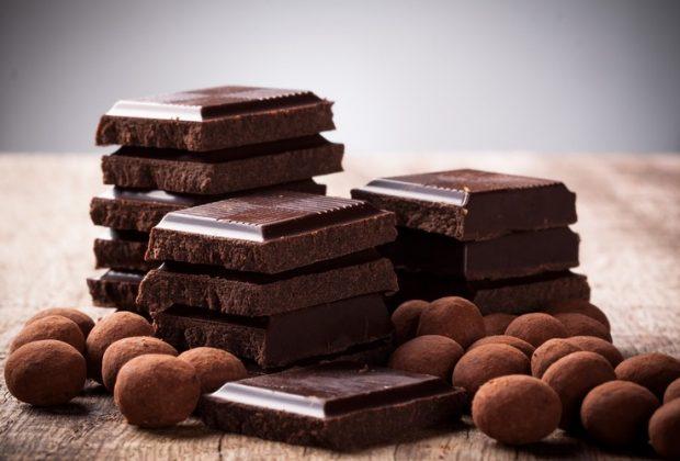 Плитки шоколада и шоколадные шарики