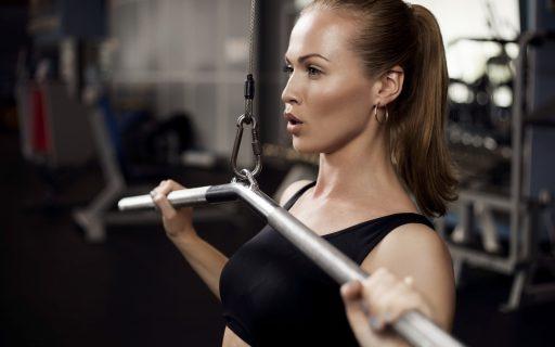 Девушка выполняет силовые упражнения