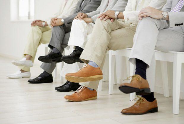 Мужчины сидят нога на ногу