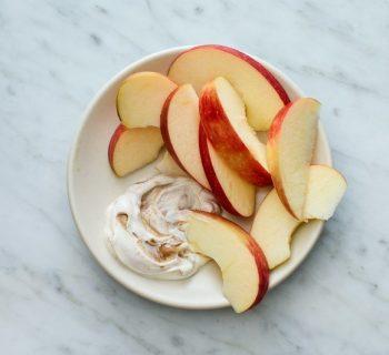 Порезанное яблоко с йогуртом