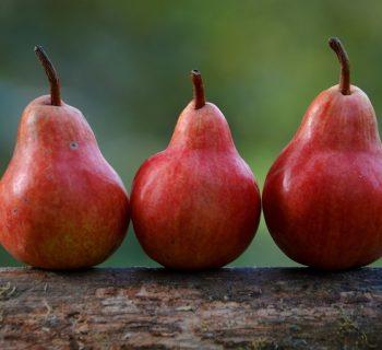 Три красные груши