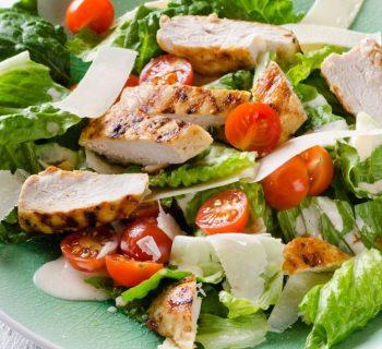 Диетический салат с курицей и помидорами