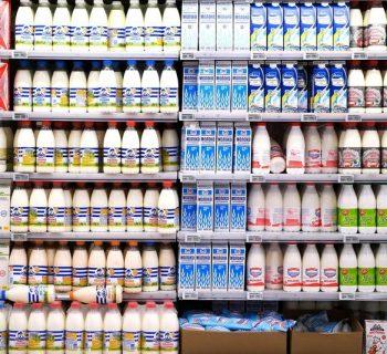 Полки с молочной продукцией в магазине