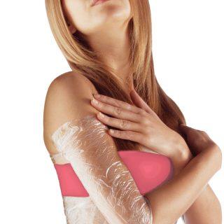Грудь и плечо женщины завёрнуты в плёнку