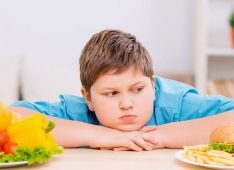 Мальчик перед двумя тарелками