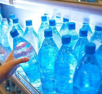 Бутылки с водой в магазине