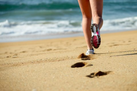 Бегут по песку