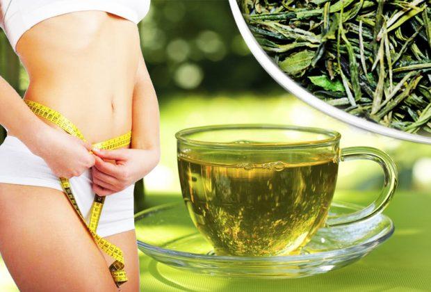 Девушка измеряет талию, чашка чая