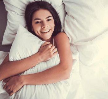 Улыбающаяся девушка в постели