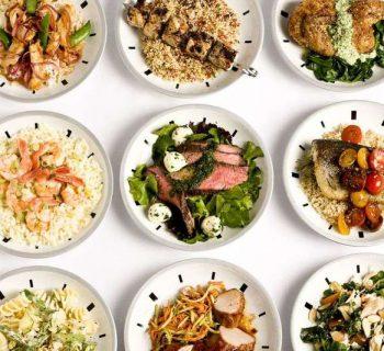 Девять тарелок с едой