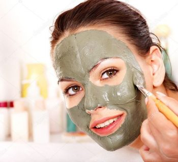 Девушка наносит глиняную маску