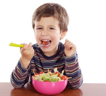 Ребенок ест овощной салат