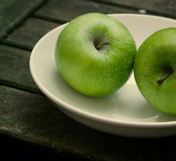 Тарелка с яблоками