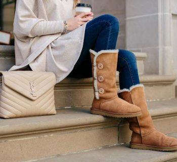 Девушка в уггах сидит на ступеньках