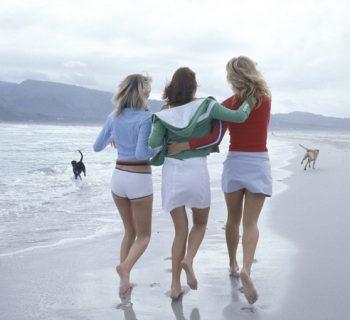 Три девушки идут по пляжу